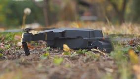 Il fuco pieghevole decolla dalla terra nel giardino lasciato la vista archivi video