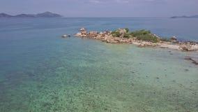 Il fuco si muove sopra l'oceano verso la piccola punta rocciosa della penisola stock footage