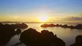 Il fuco si muove sopra Rocky Islands verso la baia aperta dell'oceano all'alba stock footage