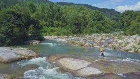 Il fuco sorvola Fisher Throwing Rod nel fiume contro la foresta video d archivio