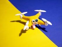Il fuco vicino su di quadrocopter con il pacchetto stanco fotografie stock libere da diritti
