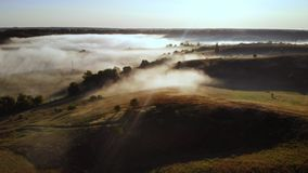 Il fuco vola nella nebbia sopra Rolling Hills video d archivio