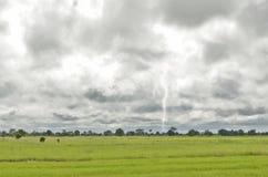 Il fulmine e le nuvole nere Fotografia Stock