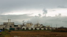 Il fumaiolo ed i tubi della fabbrica soffiano in aria archivi video