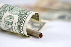 Il fumo è l'emissione di soldi Fotografia Stock