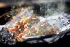 Il fumo aumenta dai kebab della carne che grigliano in Firepit Immagini Stock Libere da Diritti