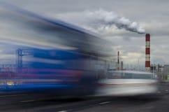 Il fumo aumenta dal tubo sui precedenti della pista con le automobili nel moto fotografia stock libera da diritti