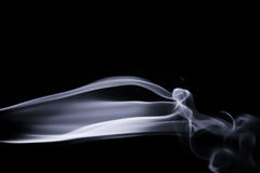 Il fumo blu astratto turbina sopra fondo nero Fotografie Stock Libere da Diritti