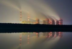 Il fumo dai camini di una centrale elettrica Immagini Stock