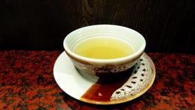 Il fumo dal calore della minestra sulla tazza bianca della porcellana sulla tavola archivi video