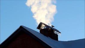 Il fumo dal camino di una casa privata stock footage