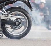 Il fumo delle ruote del motociclo fotografia stock libera da diritti