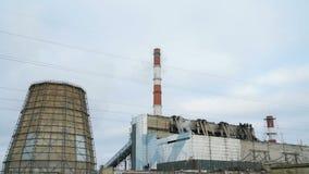 Il fumo esce dai tubi dell'impianto industriale stock footage
