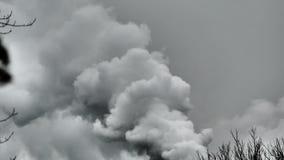 Il fumo grigio viene dal tubo archivi video