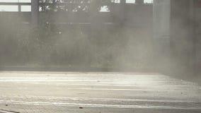 Il fumo riguarda l'area di un certo impianto industriale un giorno soleggiato di estate stock footage