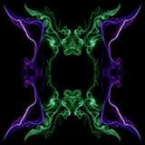 Il fumo torto astratto verde e viola si è formato nei cerchi, isolati su fondo nero Fotografia Stock