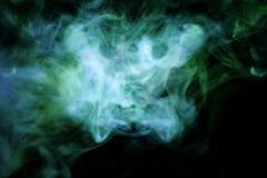 Il fumo verde e blu spesso sul nero ha isolato il fondo illustrazione di stock
