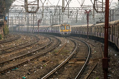 Il funzionamento del treno locale su una delle molte ferrovie in Mumbai Bombay, India Immagini Stock Libere da Diritti