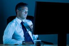 Il funzionamento dell'uomo d'affari lavora in ritardo Immagini Stock Libere da Diritti