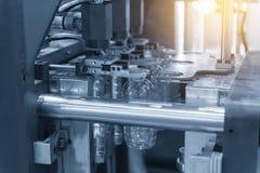 Il funzionamento della macchina di salto della bottiglia di plastica Immagine Stock