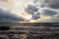 Il funzionamento ondeggia sulla costa innevata sabbiosa su un bacino idrico Immagine Stock Libera da Diritti