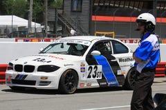 Il funzionario della corsa guarda le pole position Fotografia Stock