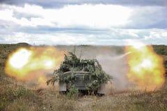 Il fuoco è condotto da una pistola dell'artiglieria fotografie stock