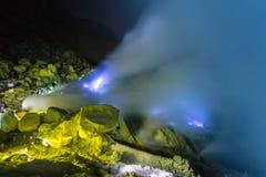 Il fuoco blu di Kawah volcan ijen sul Java, Indonesia fotografia stock