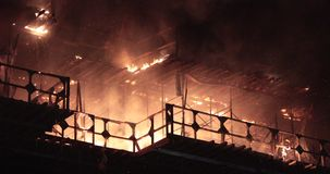 Il fuoco brucia la costruzione in costruzione archivi video