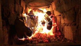 Il fuoco brucia nella fornace archivi video