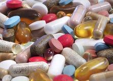 Il fuoco del primo piano ha impilato l'immagine di varie pillole, capsule e fotografie stock libere da diritti