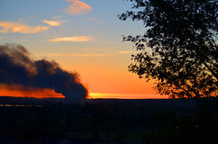 Il fuoco della struttura di 3 allarmi brucia attraverso la valle Fotografia Stock Libera da Diritti