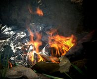 Il fuoco delle foglie brucianti immagini stock libere da diritti
