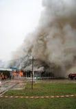 Il fuoco ed il forte fumo hanno coperto la costruzione Fotografia Stock