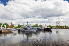 Il fuoco ed il salvataggio spedisce nel porto gavan di Srednyaya Kronštadt, Russia Fotografie Stock Libere da Diritti