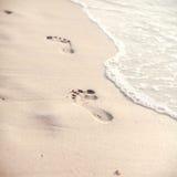 Il fuoco ed il tono morbidi delle orme sulla spiaggia tropicale insabbiano lo spirito Immagine Stock Libera da Diritti