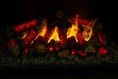 Il fuoco luminoso brucia in un camino Fotografie Stock Libere da Diritti