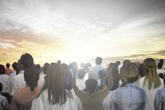 Il fuoco molle delle mani cristiane dell'aumento del gruppo della gente su adora insieme Dio Jesus Christ nella riunione di rinas fotografia stock