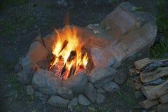 Il fuoco nel focolare di pietra fotografie stock