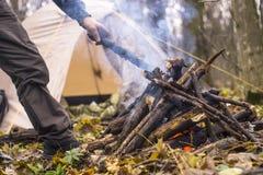 Il fuoco nella foresta nella tenda del fondo Fotografie Stock