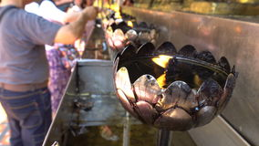 Il fuoco nella lampada a olio d'argento per culto Buddha a Wat Phra That Doi Suthep è la maggior parte di popolare e del posto fa archivi video