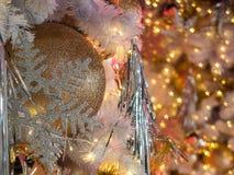 Il fuoco selettivo su una decorazione dorata della palla di colore su christm Fotografia Stock