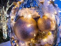 Il fuoco selettivo sul mezzo di una decorazione di due palle del Fotografie Stock