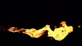 Il fuoco si svasa su un fondo nero video d archivio