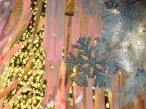 Il fuoco sulla priorità alta della decorazione del fiocco di neve con il blu Fotografie Stock