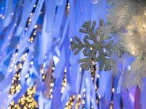 Il fuoco sulla priorità alta della decorazione del fiocco di neve con il yel Immagine Stock