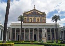 Il fuori papale le Mura di San Paolo della basilica Immagini Stock