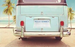 Il furgone classico d'annata ha parcheggiato la spiaggia laterale di estate immagini stock