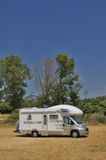 Il furgone di campeggiatore ha parcheggiato in una campagna Fotografia Stock Libera da Diritti
