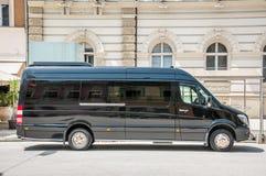 Il furgone di lusso del bus di navetta del nero dello sprinter di Mercedes Benz ha parcheggiato sulla via immagini stock libere da diritti